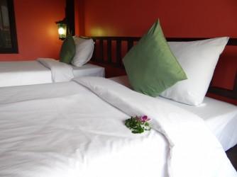 Номер отеля - цветы на кровати