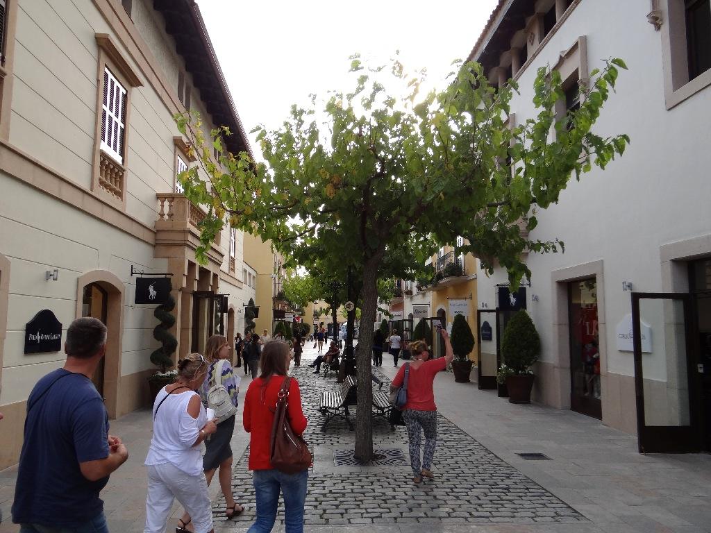 Outlet La Roca Villige street