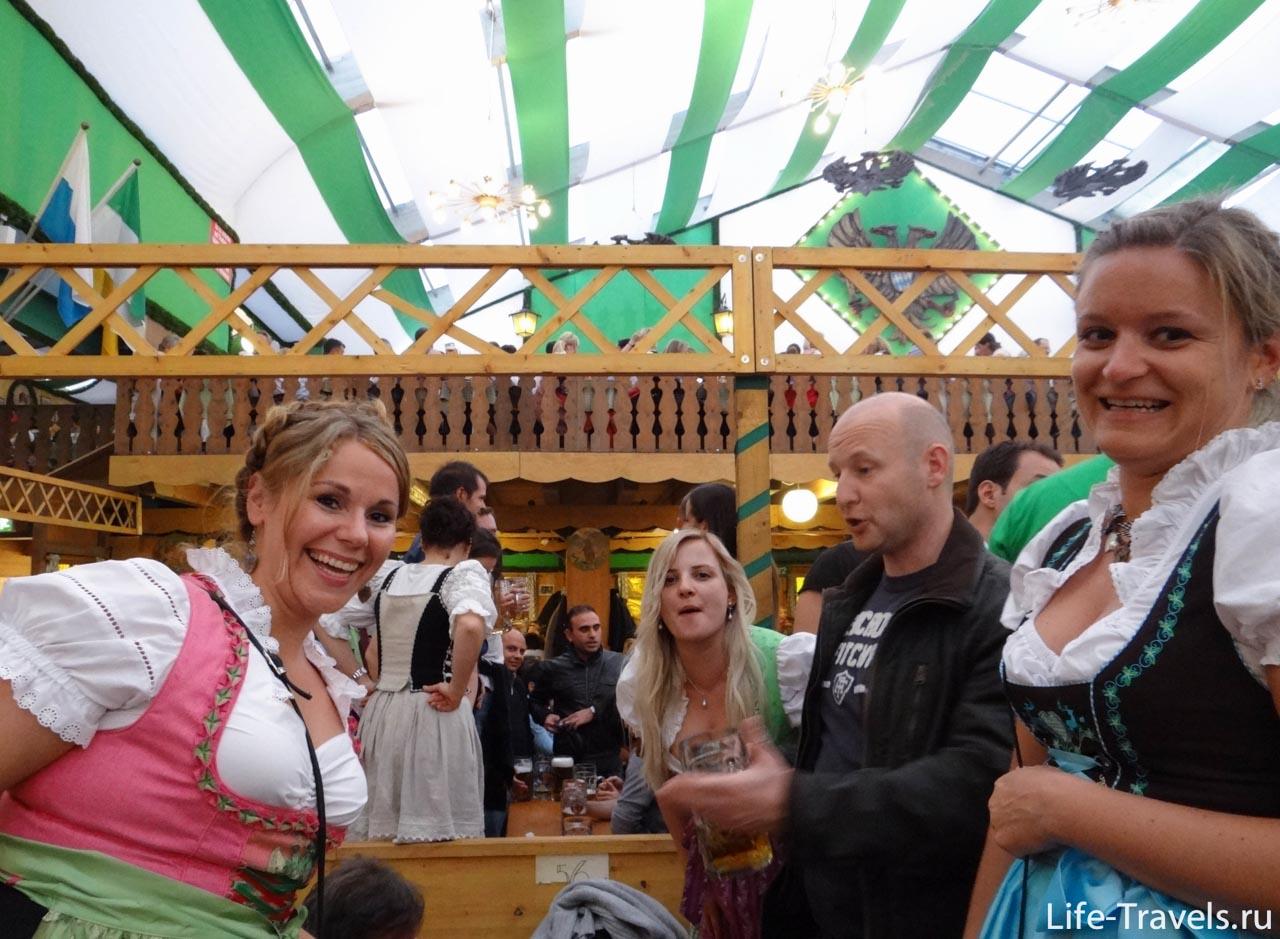 Девушки в традиционные баварских платьях
