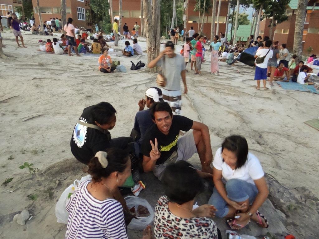 Люди на вершине Ко Липе ждут цунами