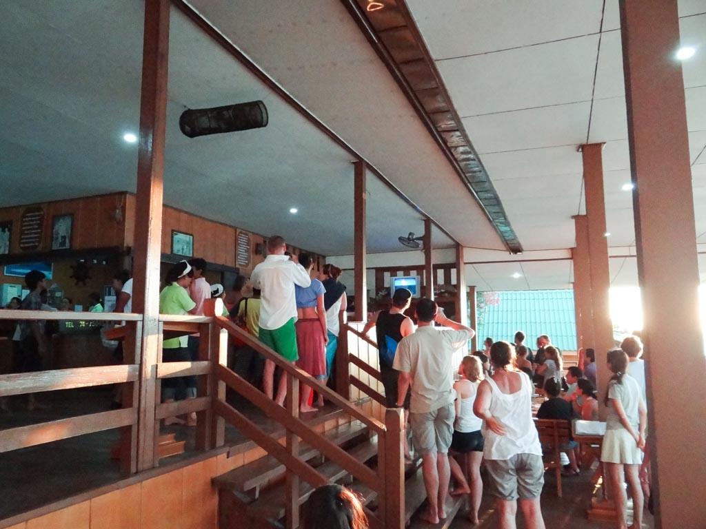 Ресторан во время землетрясения и угрозы цунами