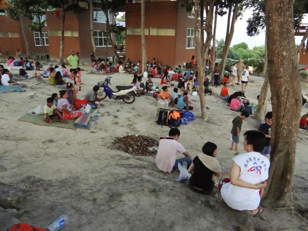 Люди отдыхают и ждут цунами