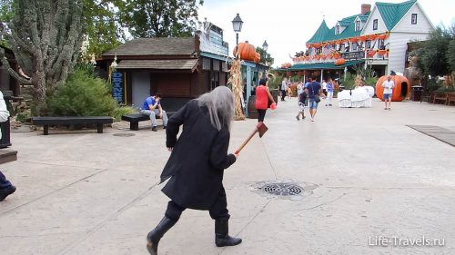 Just a guy with an axe in the children's Park Port Aventura